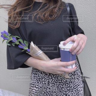 携帯電話を保持している女性の写真・画像素材[1523158]