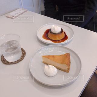 テーブルの上に食べ物のプレートの写真・画像素材[1550591]