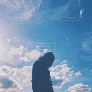 曇りの日に空を飛んでいる人の写真・画像素材[1550593]