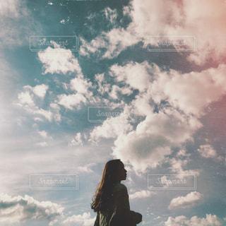 曇りの日に空を飛んでいる人の写真・画像素材[1550594]