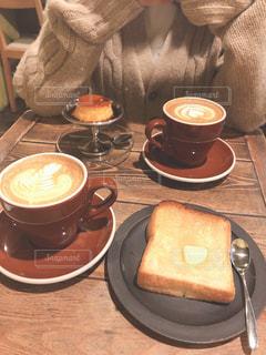テーブルの上のコーヒー カップの写真・画像素材[1783354]
