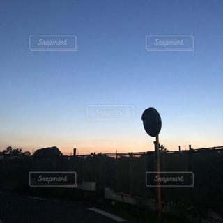 都会に沈む夕日の写真・画像素材[2110951]