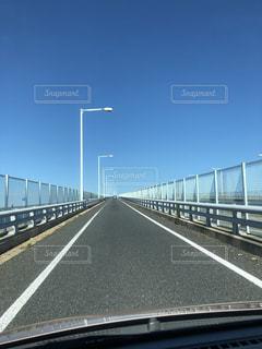 道路に架かる橋を渡る列車の写真・画像素材[3604289]