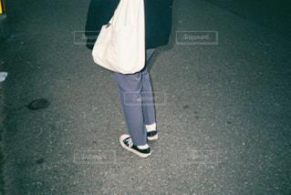 駐車場に立っている人の写真・画像素材[3604286]