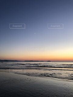ビーチに沈む夕日の写真・画像素材[3766910]