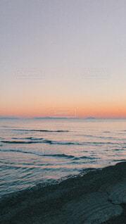 水の体に沈む夕日の写真・画像素材[3766909]