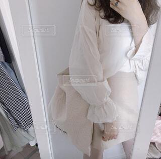 鏡の前に立ってカメラのポーズをとる女性の写真・画像素材[4157698]
