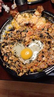 食べ物の皿をテーブルの上に置くの写真・画像素材[4263383]