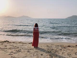 砂浜の上に立っている人の写真・画像素材[4421283]
