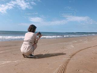 砂浜の上に立っている人の写真・画像素材[4613627]