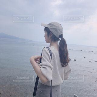 水の体の隣に立っている人の写真・画像素材[4659429]