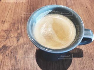 木製テーブルの上のコーヒー カップの写真・画像素材[1086015]