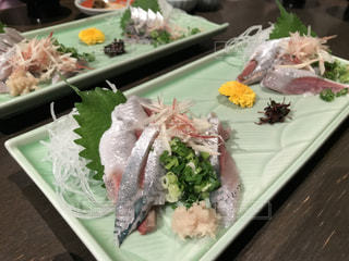 テーブルの上に食べ物のプレートの写真・画像素材[1080046]