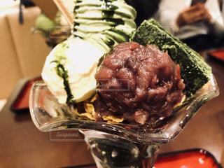 近くにフォークで食べ物のプレートのアップの写真・画像素材[1079809]