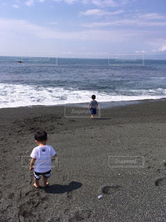 砂浜の上に立つ人々 のグループの写真・画像素材[1190766]