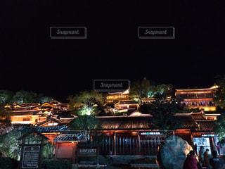 夜のライトアップされた街の写真・画像素材[1080939]