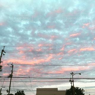 ピンクとグリーンの優しい雲の写真・画像素材[1080542]