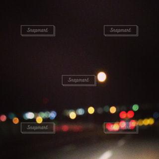 近くに赤い光のアップの写真・画像素材[1085728]