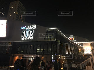 夜のライトアップされた街の写真・画像素材[1236829]