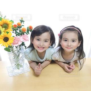 双子の女の子とひまわりの写真・画像素材[3271922]