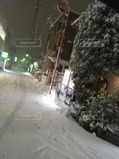 雪に覆われた道をスノーボードに乗る人の写真・画像素材[1081909]