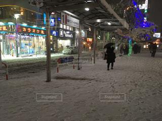 通りを歩く人々 のグループの写真・画像素材[1081910]