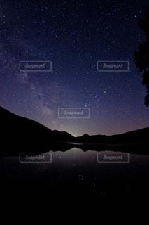 美しい星空と星を写す湖 - No.1083654