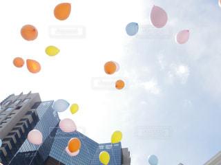 舞い上がる風船の写真・画像素材[1084817]