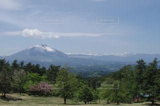 姫神山一本杉園地キャンプ場から臨む岩手山の写真・画像素材[1084891]