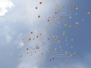 舞い上がる風船2の写真・画像素材[1084892]