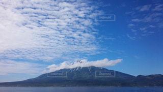 海に浮かぶ山の写真・画像素材[1084988]