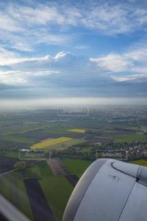 飛行機の窓から見える田園風景の写真・画像素材[1105319]