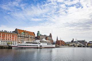 スウェーデン・マルメの川に停泊する遊覧船の写真・画像素材[1105324]