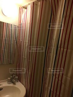 バスルームにはシャワー カーテンの写真・画像素材[1099010]
