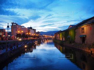 夕暮れ時の小樽運河の写真・画像素材[1081802]