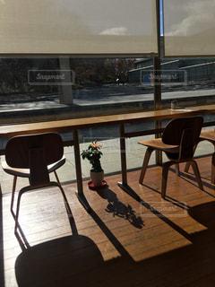 テーブルと椅子がある風景の写真・画像素材[1083265]