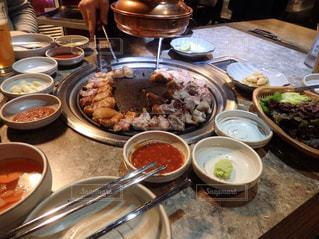 テーブルの上に食べ物のボウルの写真・画像素材[1083105]