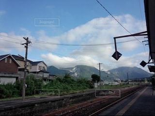 田舎の駅から望む空と山と線路の写真・画像素材[1088227]