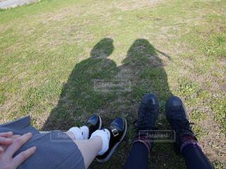 芝生で一休み(シルエット)の写真・画像素材[1092898]