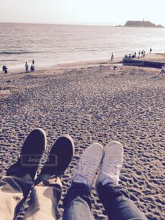 海岸沿いで永遠の愛を誓い合うカップルの写真・画像素材[1083291]