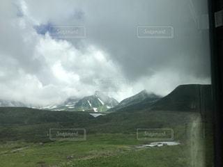 背景の大きな山の写真・画像素材[1083543]