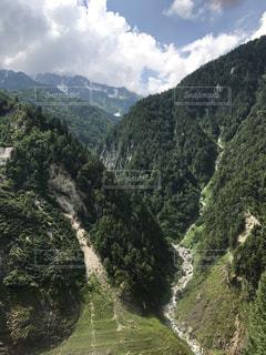 背景の山と木の写真・画像素材[1083545]