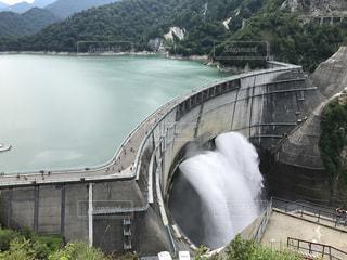 水の体の上の大きな滝の写真・画像素材[1083620]