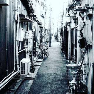 歩道の黒と白の写真の写真・画像素材[1083833]