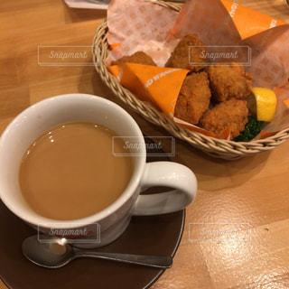 テーブルの上のコーヒー カップの写真・画像素材[1083915]