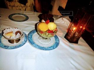 テーブルな皿の上に食べ物のプレートをトッピングの写真・画像素材[1098941]