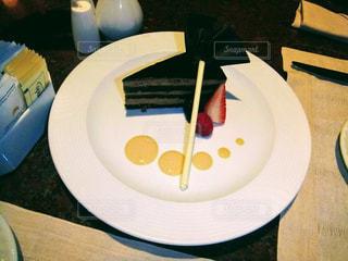 テーブルの上に食べ物のプレートの写真・画像素材[1098945]