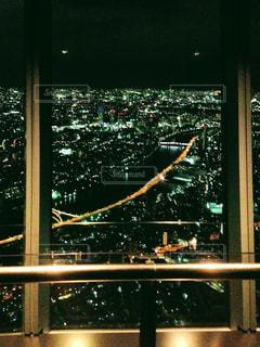 窓から見た都会の夜景の写真・画像素材[1101629]