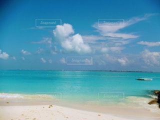 海の横にある砂浜の写真・画像素材[1120249]