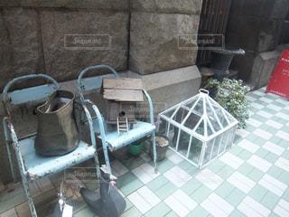 建物の前に座っている椅子の写真・画像素材[1202407]